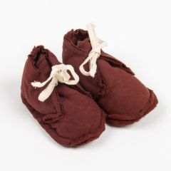 """Raw Edged"" Booties Stoffschuhe in Burgunderrot"